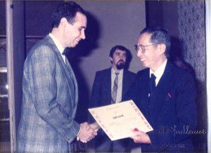 Georges Marie Melin reçoit un diplome d'acupuncteur des mains du Professeur Leune Kok Yuen
