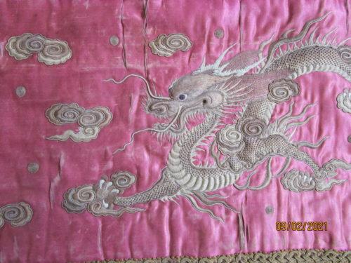 Dragon et lingzhi sur fond écarlate